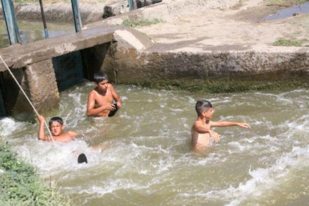 Atıkların Rengini Değiştirdiği Çayda Çocuklar Yüzüyor